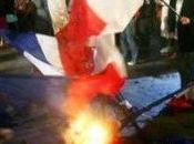 Drapeaux brûlés exigeons excuses peuple algérien