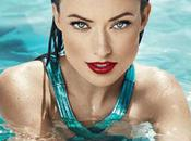 Olivia Wilde habillée dans piscine
