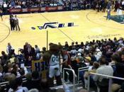 mascotte Utah Jazz bagarre avec supporteur terrain basket