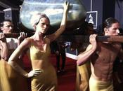 Lady Gaga arrive dans oeuf géant tapis rouge Grammy