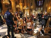 Femen autres provocateurs censeurs sont chaque côté