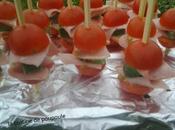 Brochettes tomates cerise, jambon gouda basilic