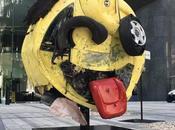 Don't text drive! Emoji géant fabriqué partir d'une voiture accidentée