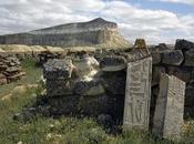 D'anciens monuments pierre découverts près Caspienne