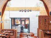 bois, motifs géométriques plafond voûté dans restaurant Diego