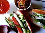 Hot-dog amélioré garni plein d'affaires avec frites frisées ketchup