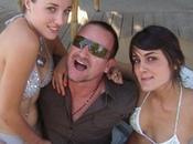 Bono fait fête avec jeunes filles