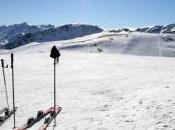 images snowboarder survit après être tombé d'une falaise enneigée