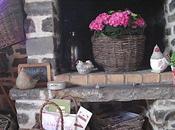 Dans décoration champêtre, paniers osier servent porte-revues