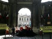 Greenpeace déverse plusieurs tonnes charbon devant Meeddat