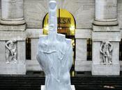 Maurizio Cattelan montre doigt d'honneur Stefania)