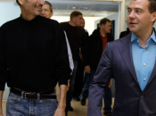 Steve Jobs offre iPhone Simlocké Medvedev