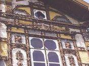maison couverte bois sculptés médaillons colorés