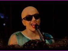 """Lady Gaga chante """"Hair"""" étant chauve"""