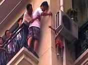 enfant pendu dans vide étage sauvé miracle