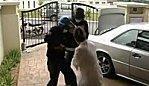 femme fait voler main devant chez elle video