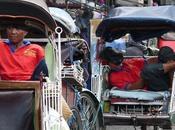 Yogyakarta, Java, Indonesia Conducteurs tricycles assoupis.
