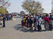 Afrique sud: première comparution mineurs grévistes, foule salue héros