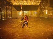 vélo dans rues inondées Manhattan
