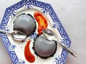 Panna cotta l'eau rose, coco sésame noir, coulis abricoté