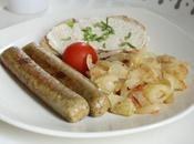 Brunch nordique saucisses, compotée pommes oignons tartine pomme-raifort