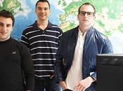 Trois jeunes hommes sont train devenir milliardaires