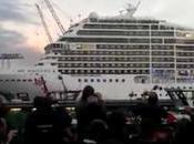 bateau croisière joue Seven Nation Army avec sirène