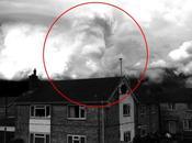Lion apparaît dans nuages Angleterre