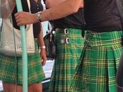 photo jour: deux femmes homme jupe!