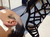 femme plante talon aiguille dans tête mari