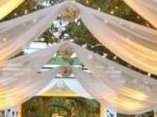 décorations cérémonie romantiques avec tapis d'église blanc