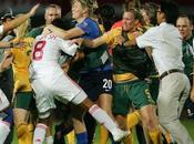 Echanges coups poing dans match foot féminin