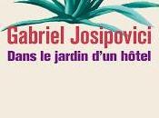 Gabriel Josipovici Dans jardin d'un hôtel