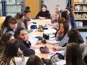 Myriam Saligari sous regard lycéens