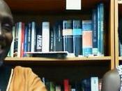 Ngugi Tiong'o Décoloniser l'esprit; livres plus censés j'ai colonisation Afrique théâtre... Kenya