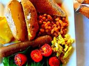 English breakfast avec oeuf végétal, bines, pommes terre four tofu brouillé