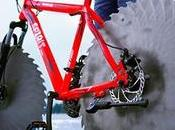 homme remplace pneus vélo scies circulaires fait tour gelé